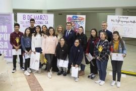 O presidente da Xunta presidiu, este mediodía, o acto de entrega de premios do concurso escolar de carteis con motivo do Día Internacional da Muller