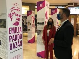 Gonzalo Trenor visita la exposición 'Elas escribiron a historia. As primeiras xornalistas' en el hall de la delegación de la Xunta en A Coruña