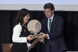 O presidente da Xunta entregou, esta tarde, á catedrática de Enxeñería de Telecomunicación, Carmen García Mateo, o premio María Josefa Wonenburger Planells-2014  Autor: Xoán Crespo
