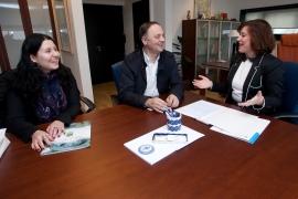A secretaria xeral da Igualdade, Susana López Abella, co alcalde de Vila de Cruces, Jesús Otero Varela, e a concelleira da área de Igualdade no concello, Beatriz Iglesias Sánchez